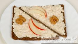 Camembert spread with horseradish and apples